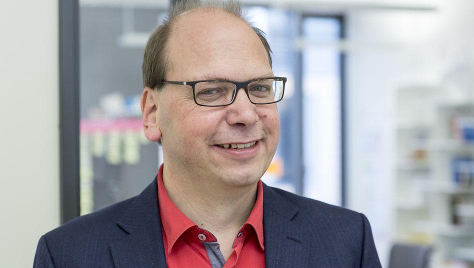 Klaus Eck ist Gründer und Geschäftsführer der Eck Consulting Group sowie Buchautor. Seit mehr als 20 Jahren berät er Firmen bei der Digitalisierung ihrer Unternehmens-, Marketing- und Kommunikationsprozesse. Zudem betreibt er seit 2004 die Fachseite PR-Blogger.