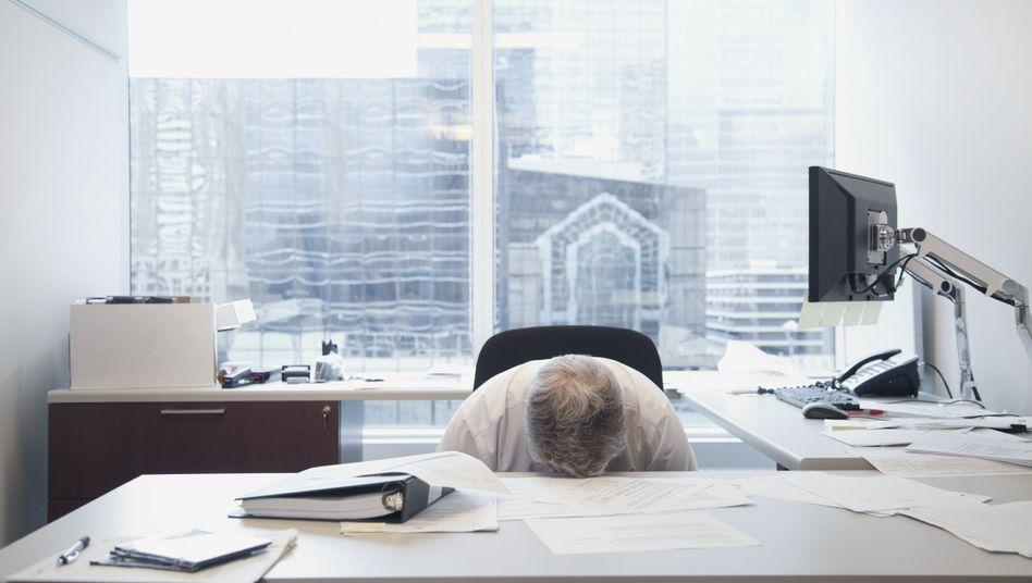 Erschöpft: Viele Führungskräfte arbeiten weit über die Grenze der normalen Belastbarkeit hinaus