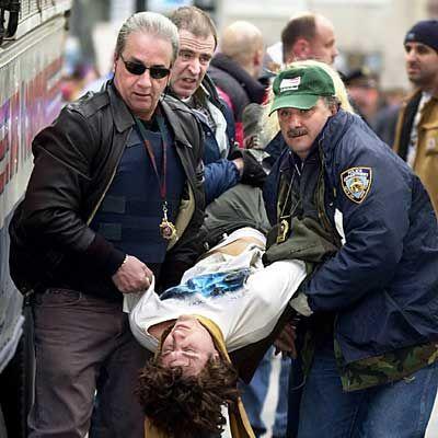 Abtransport der Störenfriede: Polizisten verhaften einen Demonstranten, der den Verkehr in New York blockiert hat