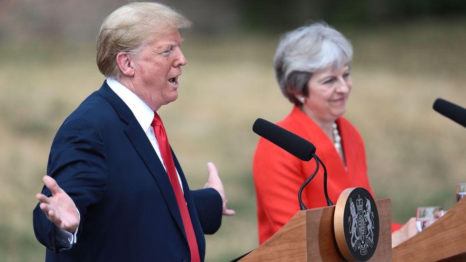"""Donald Trump, Theresa May (bei einem Treffen im Juli in Chequers): Zweites Referendum wäre """"nicht fair"""""""
