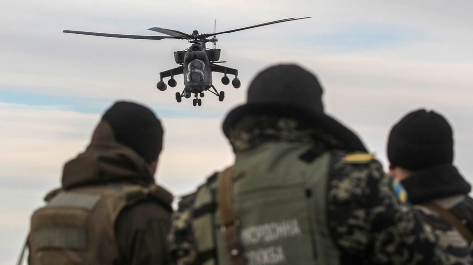 Russicher Helikopter: Tausende Soldaten an der Grenze zur Ostukraine
