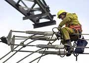 Kein Anschluss: Große Energiekonzerne verweigern Mitbewerbern offenbar immer wieder die Nutzung ihrer Netze. Jetzt sollen sie dazu gezwungen werden, Kraftwerke neuer Anbieter ans Netz anzuschließen.