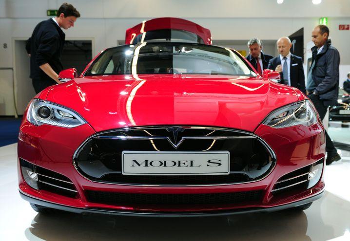 Es sind nicht nur bis zu 500 Kilometer Reichweite mit einer Akkuladung, die Teslas Model S zum Schrecken der deutschen Autoindustrie machen - sondern das System, das Tesla rundherum aufbaut
