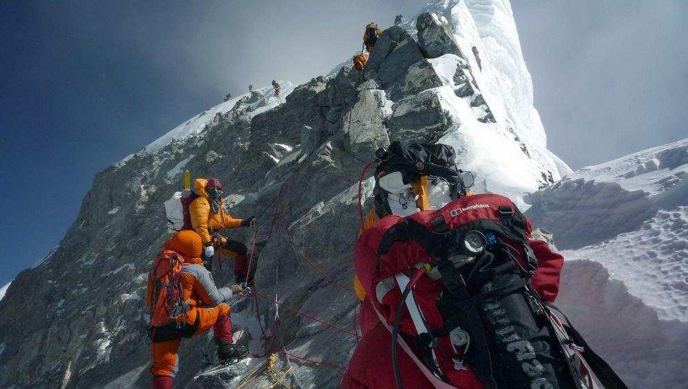 Aufwärts: Bergsteiger überqueren den berühmten Hillary Step am Mount Everest