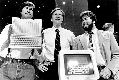 Gute alte Zeit: Wozniak (r.) präsentiert 1984 gemeinsam mit Jobs und Apple-CEO John Scully den neuen Apple IIc