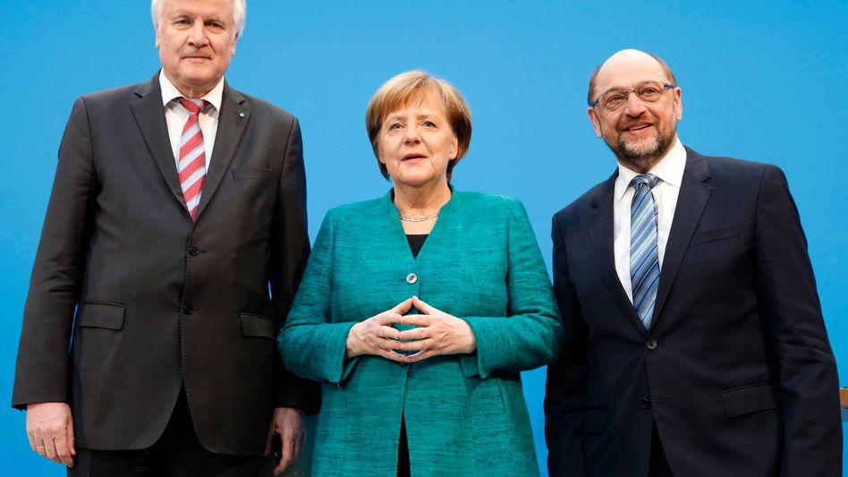 Drei mit Raute: Angela Merkel mit ihren Koalitionspartnern Horst Seehofer (roter Schlips) und Martin Schulz (blau)