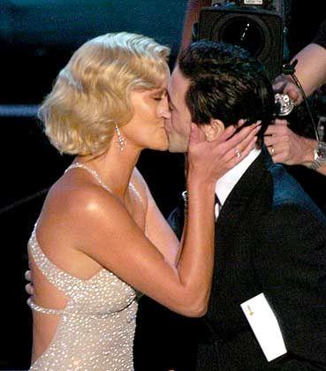 Verleihung: Adrien Brody überreicht Charlize Theron einen Oscar