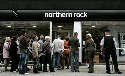 Vertrauen verloren: Besorgte Kunden Mitte September vor einer Northern-Rock-Filiale