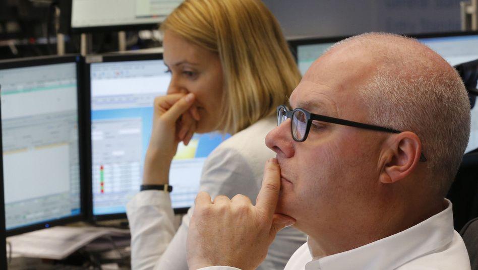 Zwei Aktienhändler in Frankfurt: Nach einer turbulenten Woche legt der Dax heute eine Ruhepause ein