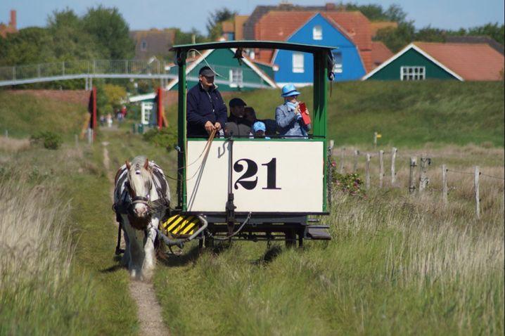 Eine Bahn, die von einem Pferd gezogen wird: Das gibt es nur auf Spiekeroog.