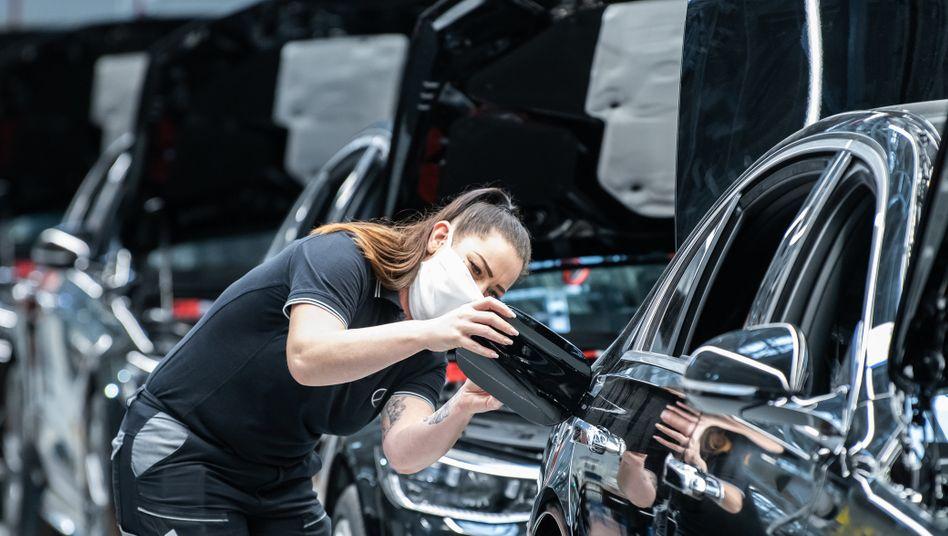 Läuft trotz Chipmangel vom Band und hält die Margen hoch: Daimler-Mitarbeiterin arbeitet an einer Mercedes S-Klasse