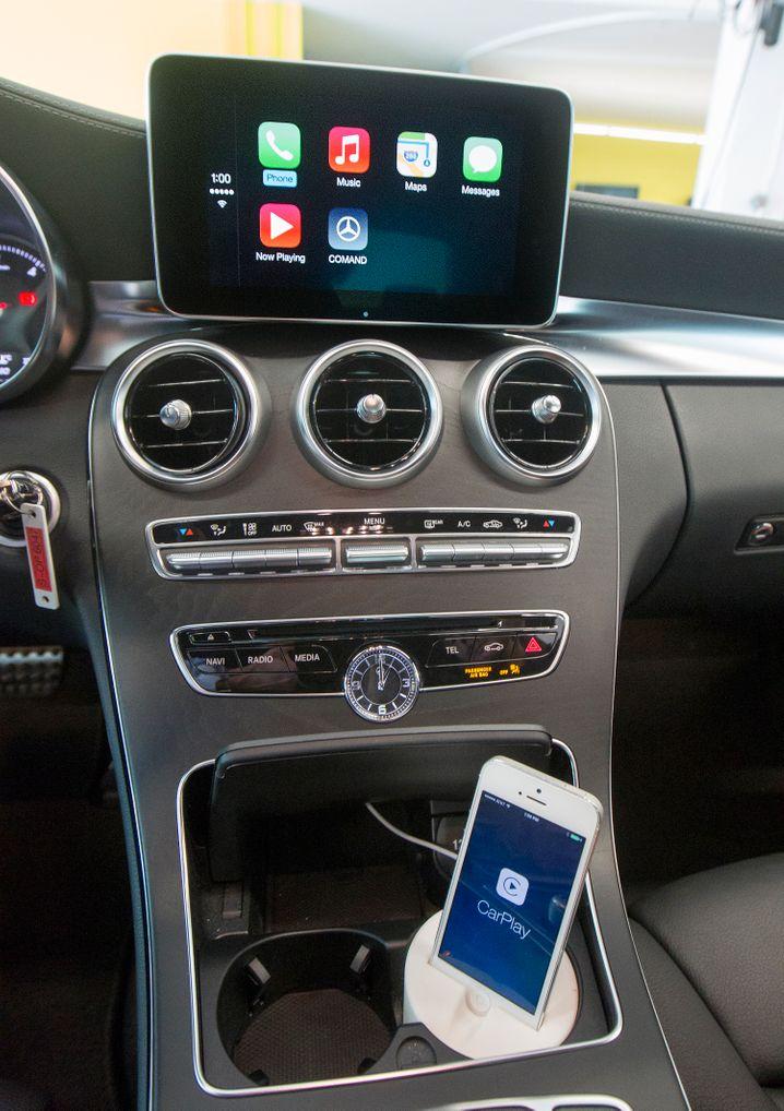 Apple-Betriebssystem Carplay in einem Mercedes: Amerikanische IT-Riesen haben bei Benutzerfreundlichkeit der Smartphone-Integration die Nase vorn