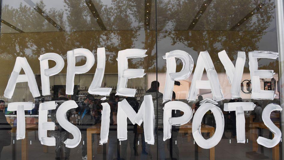 """""""Apple, bezahl deine Steuern"""": Protestbotschaft auf der Glasfassade eines Apple Stores in Aix-en-Provence 2017"""
