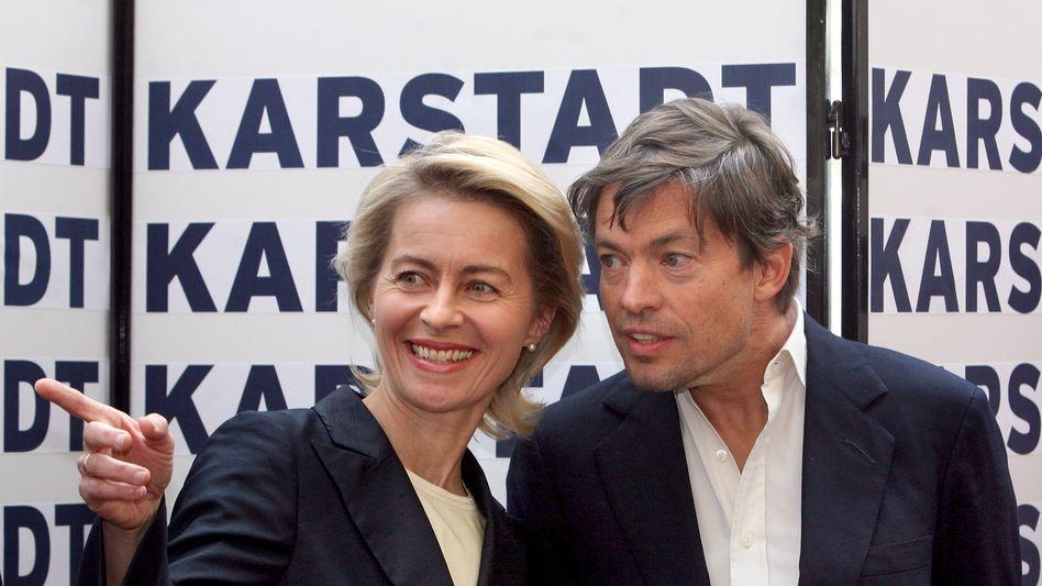 Gemeinsam stark: Die damalige Bundesarbeitsministerin Ursula von der Leyen und Nicolas Bergguen auf der Pressekonferenz am 3. September 2010, auf der sie die angebliche Rettung Karstadt bekannt gaben.