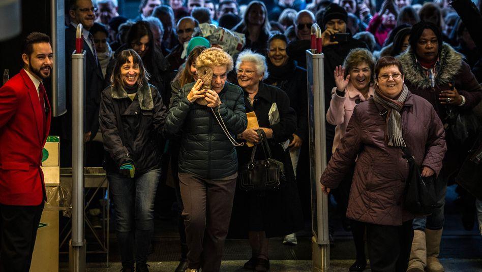 Nichts wie rein: Kunden und Kundinnen stürmen das Kaufhaus El Corte Ingles in Barcelona am 7. Januar 2015.