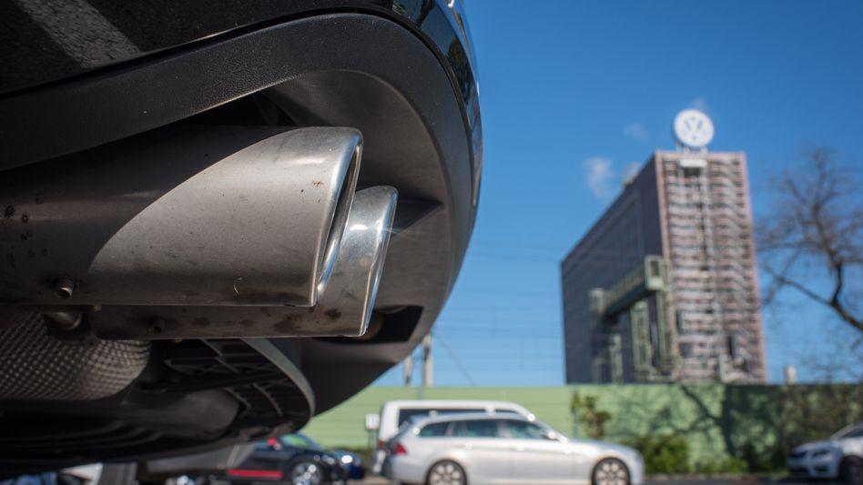 Auspuff eines VW Passat: In den USA sollen VW-Dieselautos 36.700 Tonnen mehr Stickoxide produziert haben als erlaubt, meinen Forscher