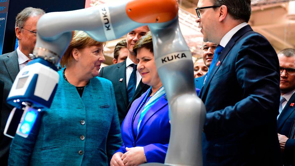Kanzlerin Angela Merkel (links) ist regelmäßiger Gast auf der Hannover Messe, Die Industrieschau könnten in diesem Jahr verschoben werden, heißt es.