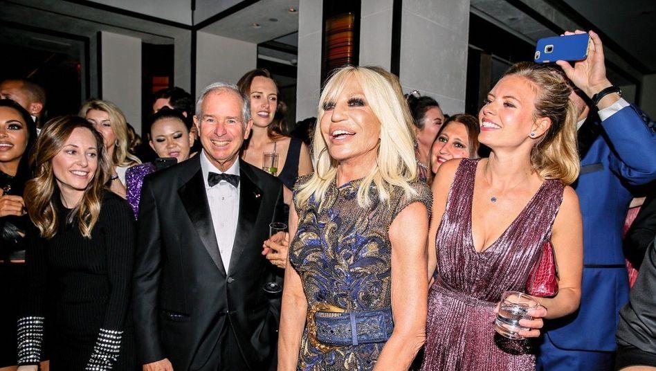 König der Umverteiler: Blackstone-Gründer Stephen Schwarzman, hier mit Donatella Versace (v.) bei der Met-Gala 2018, hat allein im Jahr 2020 mehr als 610 Millionen Dollar verdient
