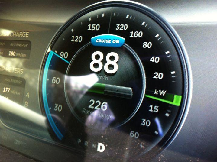 Idealtempo: Mit 88 km/h (55 Meilen pro Stunde, ein häufiges Tempolimit auf US-Highways) wird der Akku so geschont, dass Tesla 500 Kilometer Reichweite verspricht. Ob's klappt?