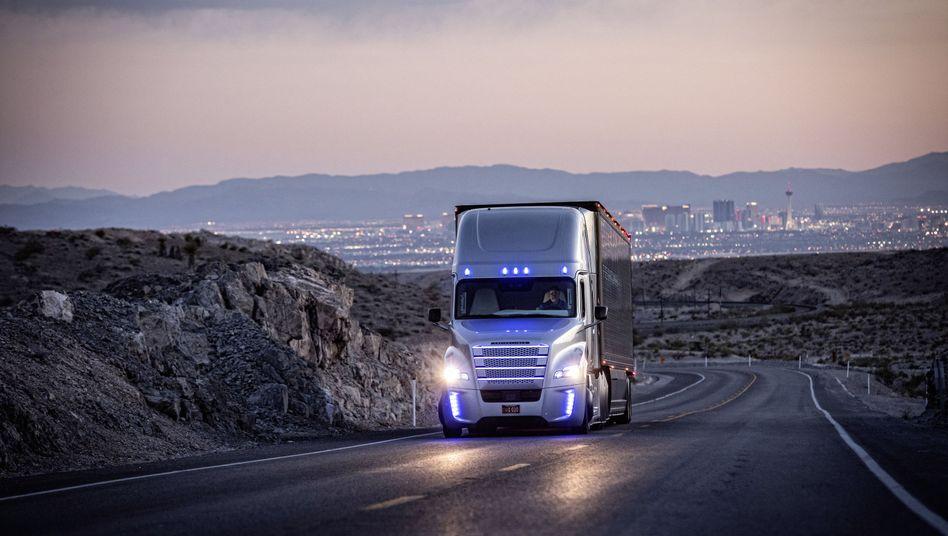Blaues Licht für den Test-Lkw: Daimler hat die Lizenz dafür, seinen Roboter-Truck in den USA und in Europa Probefahren zu lassen