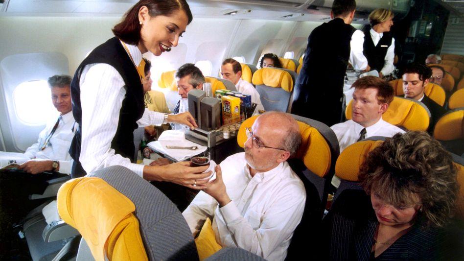 Flugbegleiter bei der Lufthansa: Die Gewerkschaft will den dauerhaften Einsatz von Leihstewardessen verhindern
