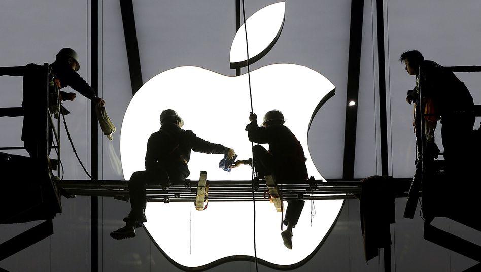 Absturz-Angst bei Apple: Kann Konzernchef Tim Cook neue Wachstumsimpulse geben? Schon in wenigen Wochen könnte die Google-Holding Alphabet Apple vom Thron stoßen und wertvollster Konzern der Welt werden