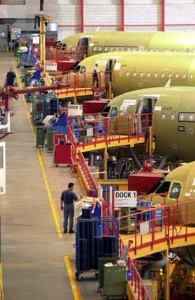 In Warteposition: Einige Airbus-Modelle stehen in Hamburg-Finkenwerder bereit für die nächsten Verarbeitungsstufen
