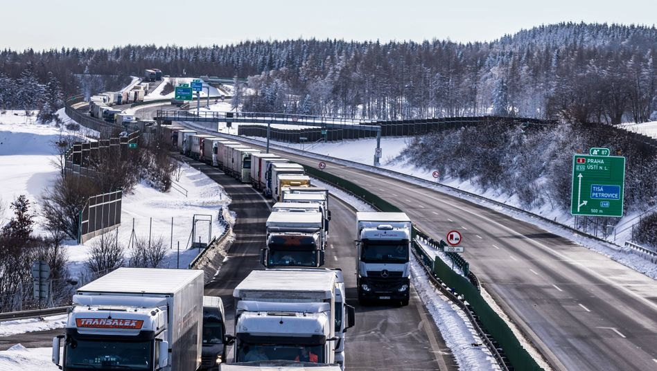 Nadelöhr: Lkw-Stau auf der tschechischen Autobahn D8 von Prag in Richtung Dresden am Montag
