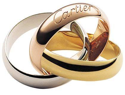 Schmuck: Dem Glitzerbedarf der mondänen Welt haben sich zwei Luxusmarken des Richemont-Konzerns verschworen - Cartier und Van Cleef & Arpels, beide ansässig in Paris. Der 1847 gegründete Schmuckhersteller Cartier wird seit jeher mit ebenso aufwändigen wie verspielten edelsteinschimmernden Geschmeiden identifiziert - der Trinity-Ring ist in der Produktpalette ein geradezu armselig schlichtes Objekt. Girls best friends liefert das 1906 gegründet kleine, aber feine Diamantenhaus Van Cleef & Arpels.