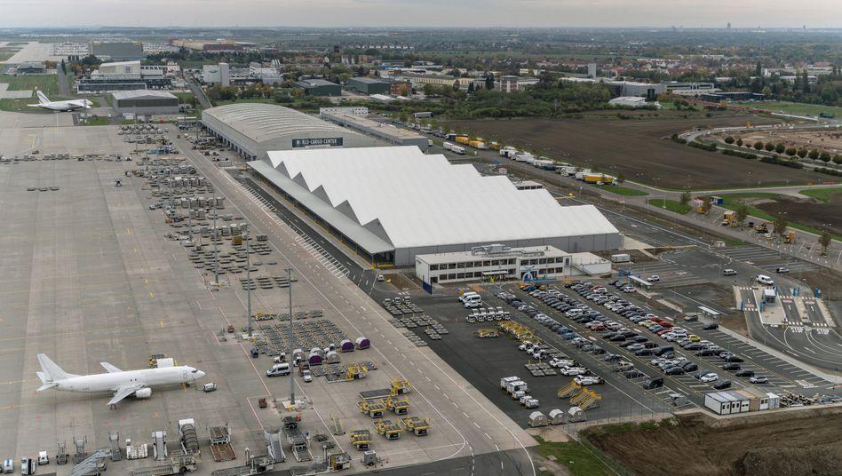 Flughafen Leipzig/Halle in Schkeuditz: Amazons erstes regionales Luftfrachtzentrum in Europa (in der Bildmitte)