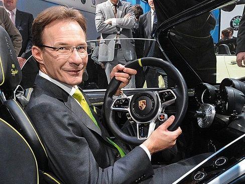 Heiß und kalt: Michael Macht, lange die rechte Hand von Porsche-Chef Wendelin Wiedeking (67), amtierte als dessen Nachfolger nur für 15 Monate (Foto: auf dem VW-Konzernabend in Genf 2010). Vier Jahre blieb er danach Produktionsvorstand von VW, bevor er sich mit Ex-Konzernchef Martin Winterkorn (73) überwarf.