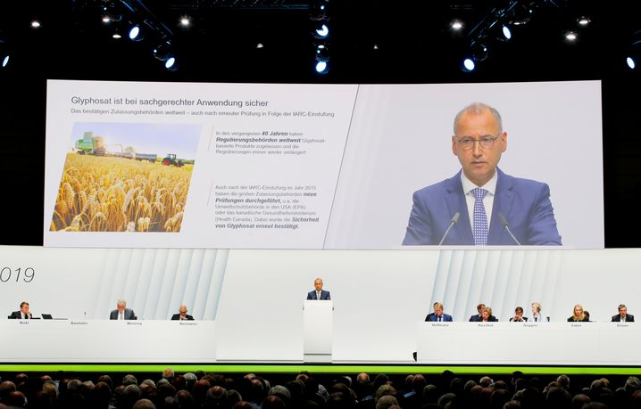 """Werner Baumann: Knapp eine Stunde lang verteidigte der Bayer-Chef in monotoner Tonlage seinen Kurs. Anschließend hagelte es Kritik der Aktionäre: """"Haben Sie sich blenden lassen, Herr Baumann?"""""""