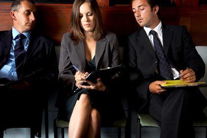 Ungebetene Blicke: So wie hier auf dem Notizblock lesen manche Sitznachbarn ungeniert auf dem Laptop mit