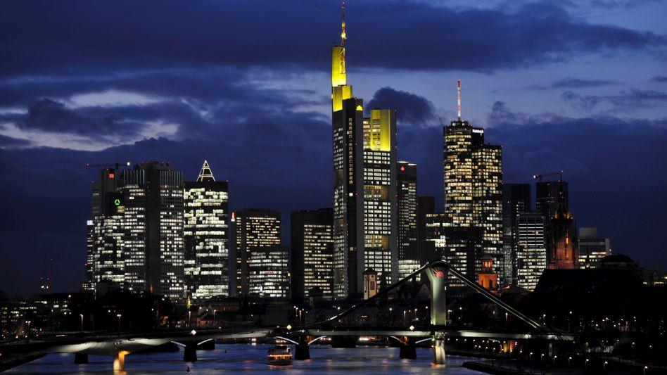 Abenddämmerung für die Staatsbeteiligung: Mit der Kapitalerhöhung über elf Milliarden Euro sinkt der Anteil des Bankenrettungsfonds Soffin an der Commerzbank deutlich