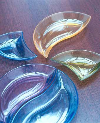 """Glaspuzzle: Die farbigen Glasschalen in Amber, Olive, Blue und Mauve der """"New Wave Move""""-Serie sind vielseitig kombinierbar"""