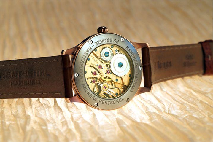 """""""Eine solche Optik gibt es bei keiner anderen Uhr"""": Blick durch den Glasboden des Modells Hamburg Botschafter"""