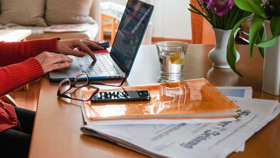 Homeoffice im Wohnzimmer: Steuerlich können die meisten Menschen, die seit Monaten in den eigenen vier Wänden ihrem Job nachgehen, ein reguläres Arbeitszimmer nicht geltend machen