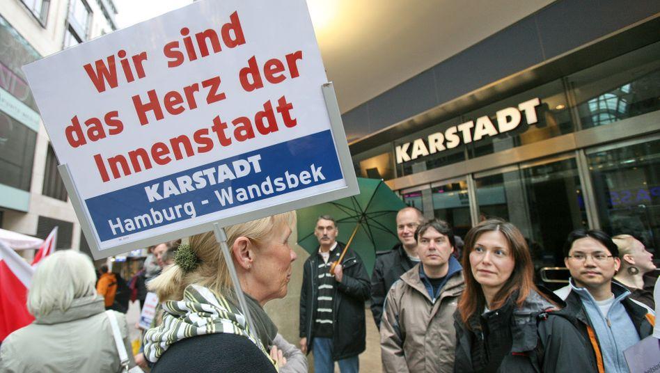 Kampf um jede Filiale: Karstadt-Beschäftigte wie hier in Hamburg werden vermutlich wieder öfter auf die Straße gehen. Sechs Filialen werden sicher geschlossen, zehn weitere sind gefährdet