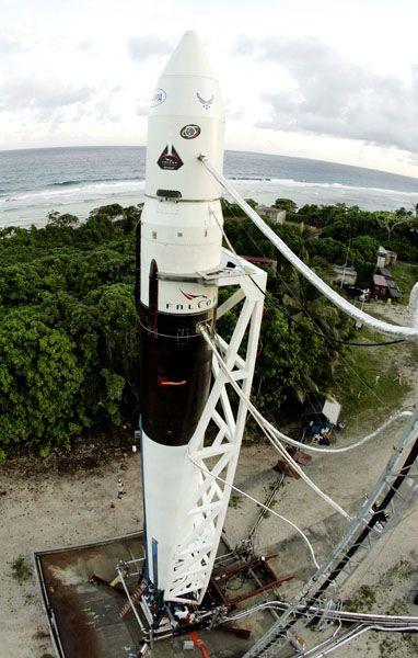 """Geldquellen im Visier: """"Falcon 1""""-Rakete von SpaceX auf dem Ronald-Reagan-Testgelände auf Omelek Island, einer der Marshallinseln"""
