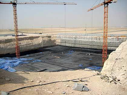 Wirklichkeit: Wo das Hotel bereits stehen sollte, gibt es zurzeit nur ein Bauloch, drei Kräne, ein paar Baucontainer und einen 500 Meter langen Zaun