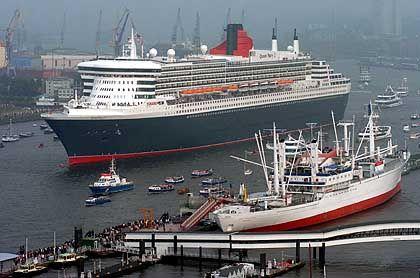 Die Königin der Meere, der Schwan der Meere: Die Queen Mary 2 und die Cap San Diego an der Überseebrücke in Hamburg