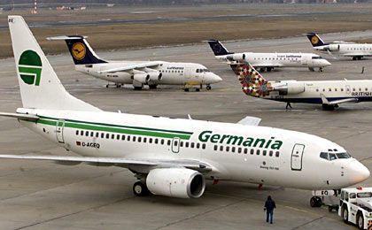 Unternehmen-Start: 1978 begann die Germania als Charterfluglinie am Flughafen Köln/Bonn mit drei Maschinen. 1993 wurde der Firmensitz nach Berlin verlegt. Die Gesellschaft stieg 1997 ins Leasing-Geschäft ein. Im Chartergeschäft beförderte sie vor allem TUI-Touristen. Flotte: 27 Maschinen, davon 8 Boeing 737-700 im Charter- und Linienverkehr. Umsatz: Rund 380 Millionen Euro mit 340 Mitarbeitern.