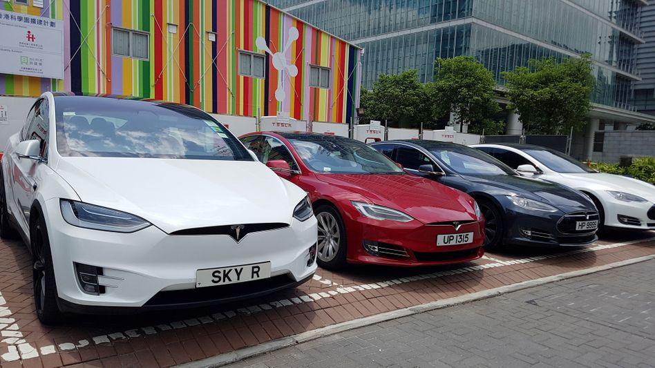 Tesla-Elektroautos an Ladesäulen in Hong Kong