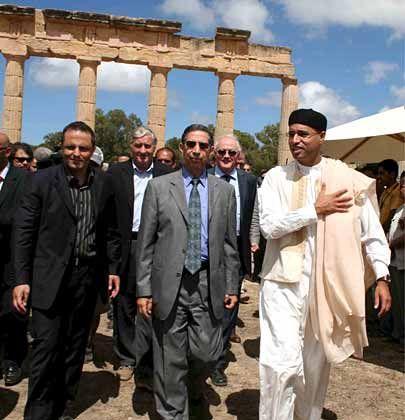 Emsiges Treiben: Seif al-Islam al-Gaddafi mit Geschäftspartnern vor den antiken Säulen der altgriechischen Stadt Kyrene im Nordosten Libyens. Der zweitgeborene Sohn von Staatschef Muammar al-Gaddafi will die Küstenregion touristisch erschließen.