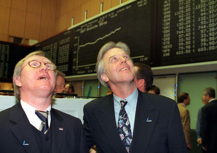 """Staunende Gesichter: Gerhard Schmid (l.) - einst Chef von Mobilcom - und Heinz Kenkmann, Vorstand der Bertrandt AG, blicken voller Erwartung an die Kurstafel zum Börsenstart ihrer Unternehmen am 1. März 1997. Gut sechs Jahre später wurde der """"Neuen Markt"""" an der Frankfurter Wertpapierbörse geschlossen."""