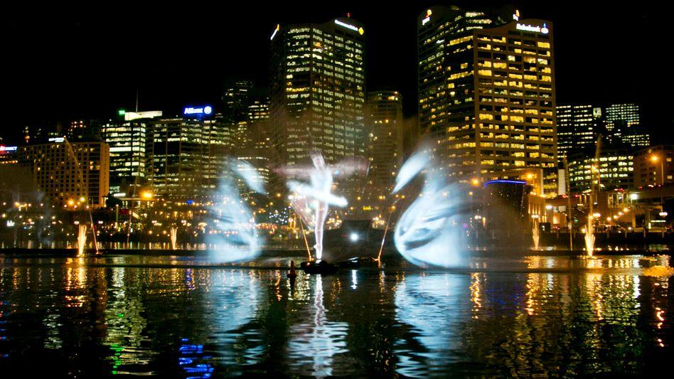 Projektion von Schwänen (Werbung für Ballettaufführung) vor dem Finanzzentrum von Sydney