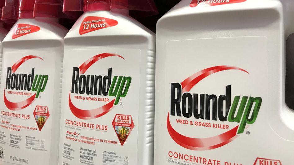 """Problemstoff: """"Sichtbare Ergebnisse in 12 Stunden"""" verspricht das Glyphosat-Produkt Roundup - Ergebnisse von Bayers Versuchen, die damit verbundenen Rechtsrisiken zu klären, sind auch nach drei Jahren noch nicht sichtbar"""