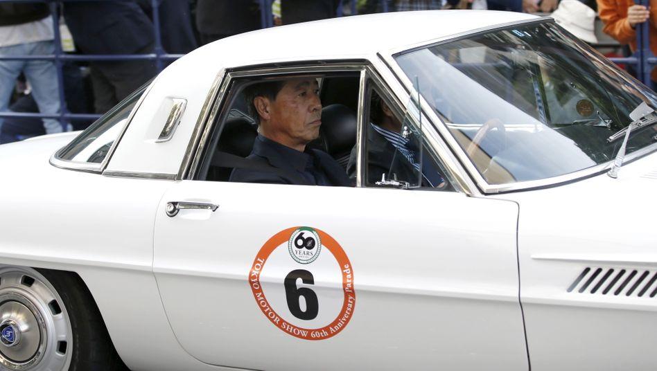 Mazda-Chef Masamichi Kogai in einem Mazda Cosmo Sport