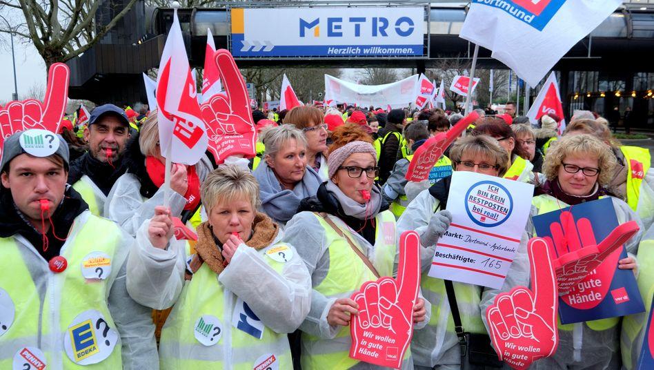Ihre Zukunft ist ungewiss: Beschäftigte der Supermarktkette Real demonstrieren am Freitag vor der Metro-Hauptversammlung gegen den Verkauf und die drohende Zerschlagung.
