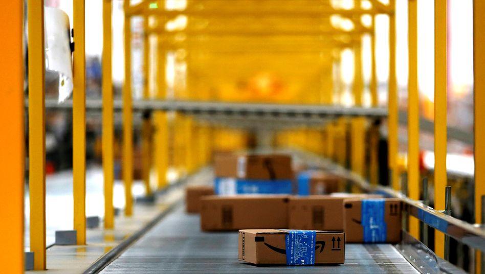 Amazon-Paket auf Förderband